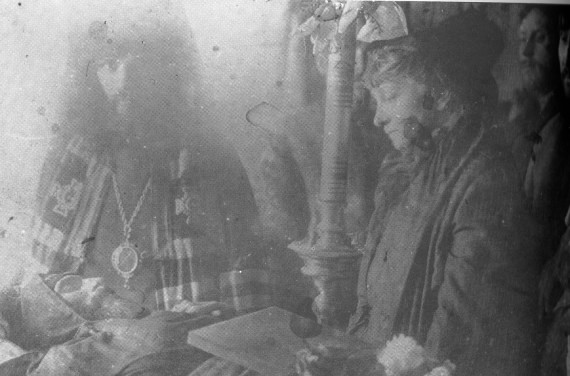 Bishop Hierotheus of Nikolsk beside the body of his friend Hieroschema monk Seraphim