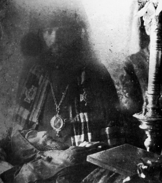 Bishop Hierotheus of Nikolsk beside the body of his friend Hieroschema monk Seraphim (close up)
