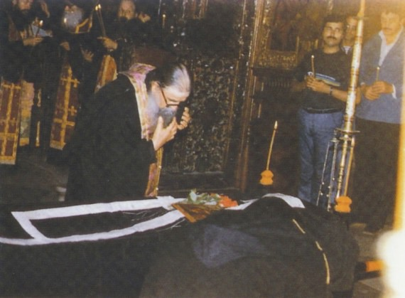 The Abbot of the Dionisiou Monastery of Mount Athos, Hieromonk Haralambos, gives the last kiss to Elder Arsenios